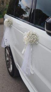 קישוט רכב עם פרחים בדלתות